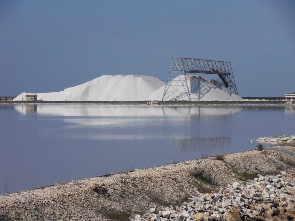 Ammasso di sale nelle Saline di Margherita di Savoia